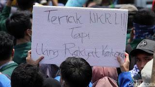 Tulisan Kocak Waktu Demo Mahasiswa di Depan Gedung DPR 10