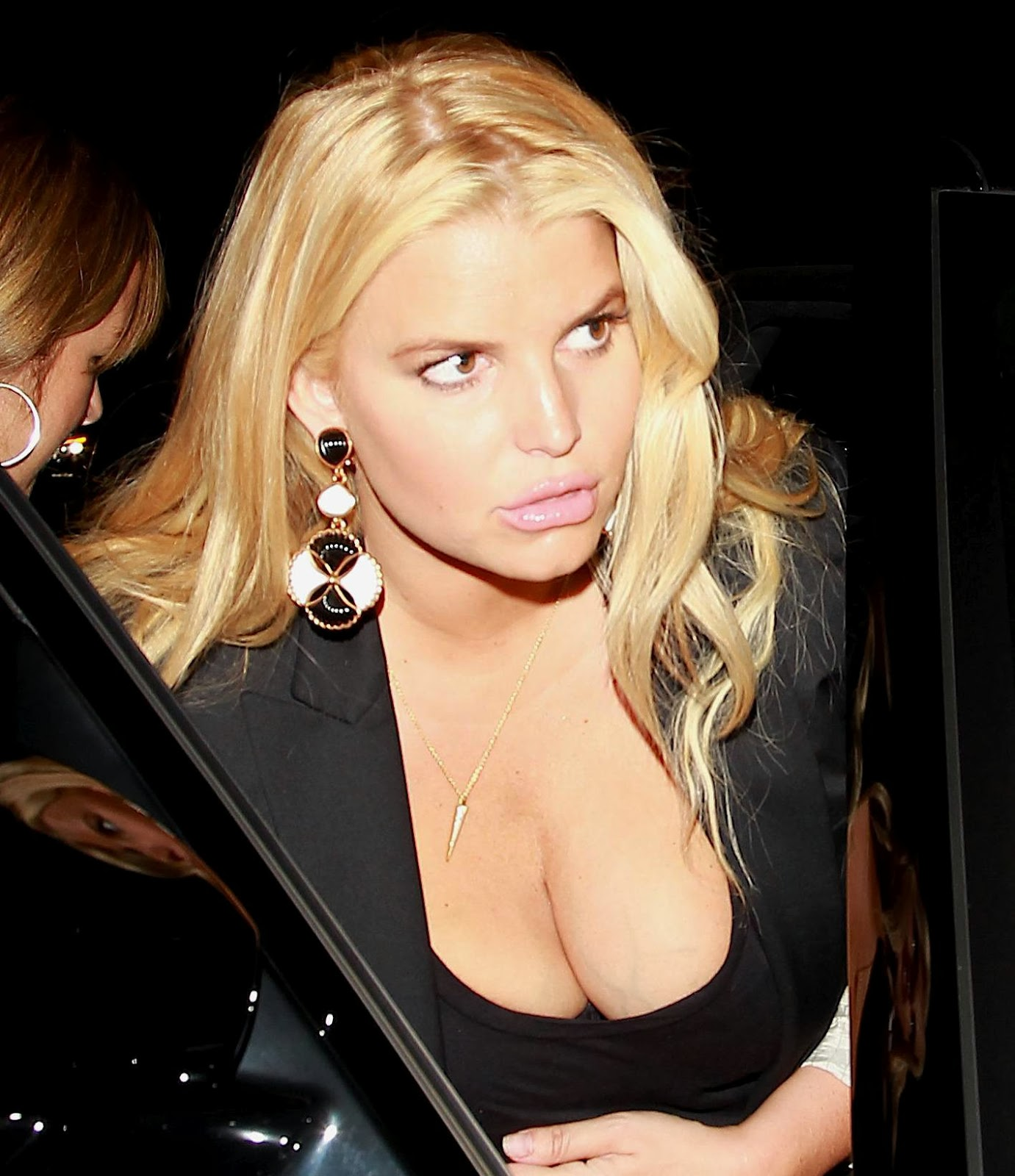 Desi And Celebs Pics: Jessica Simpson Candids Cleavage in Calabas