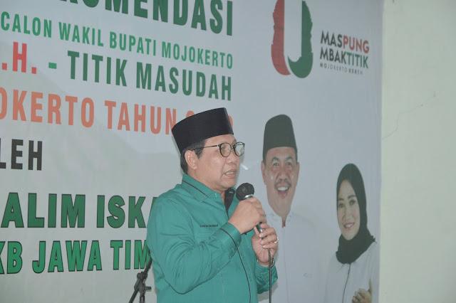 """Mojokerto - majalahglobal.com : DPC PKB Kabupaten Mojokerto menyerahkan rekomendasi bakal calon bupati dan Wakil Bupati Mojokerto H.Pungkasiadi, SH dan Titik Masudah pada Pemilukada Mojokerto tahun 2020 oleh Ketua DPW PKB Jawa Timur, DR.(HC) H.A. Halim Iskandar, Sabtu (8/8/2020) di Kantor DPC PKB Kabupaten Mojokerto, Jalan  Ketua DPW PKB Jawa Timur mengatakan kontrak jamiyah dengan Nahdlalul Ulama dengan kantor NU setempat merupakan syarat Mutlak setelah mendapatkan rekomendasi dari PKB.  """"PKB lahir untuk NU, jadi kontrak jamiyah ini tidak bisa ditawar. Kalau tidak mau, yasudah mumpung belum daftar di KPU. Saya minta Fraksi tegak lurus ke depan. Jangan milah milih, karna nanti akan langsung berhadapan dengan PKB pusat. Jadi kalkulasi kita adalah 65%. Tinggal kita buktikan nanti, utamanya pak Pungkasiadi dan bu titik ini. Targetnya 304 desa tanpa kemiskinan dan memiliki kualitas pendidikan, target kami adalah menang 55 % di setiap desa,"""" pungkas Halim.  Sementara itu, Calon Bupati Mojokerto, Pungkasiadi mengucapkan terima kasih atas amanah rekomendasi dari PKB.   """"Terkait kontrak jamiyah dengan NU saya sangat siap dan setuju karna saya sudah sangat suka NU dari dulu. Saya awalnya dari Kecamatan, hingga menjadi wakil Bendahara PCNU Kabupaten Mojokerto. Kalau pesan Pak halim atas rekomendasi ini hanya 1. Yaitu menang menang dan menang. Semoga dengan kemenangan kita, nantinya Mojokerto bisa semakin sejahtera,"""" ujar Pungkasiadi.  Dan sambutan yang terakhir datang dari Calon Wakil BupatiBupati Mojokerto, Titik Masudah. Dalam sambutannya ia mengatakan ia harus berfikir 1000 kali untuk mau dipinang menjadi Calon Wakil Bupati Mojokerto.  """"Maju di Pilkada itu berat, sampai akhirnya, saya memutuskan untuk siap menjadi Calon Wakil Bupati Mojokerto. Dengan rekomendasi yang pas 20 kursi ini, kita harus menang, menang dan menang seperti amanah dari Pak Halim tadi. Memang awal perjuangan ini nantinya akan pahit, tapi yakinlah nanti akan berbuah manis,"""" kata Titik.  Perlu diketahui """