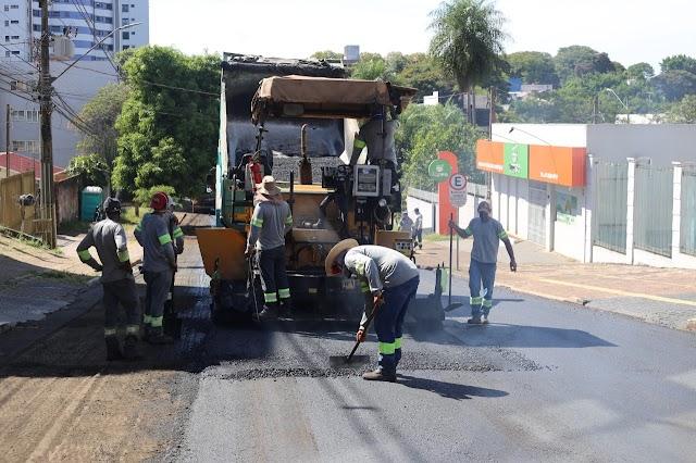 Rua Edmundo de Barros, no Centro de Foz, recebe serviços de recapeamento asfáltico