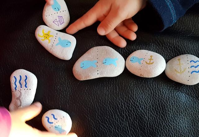 DIY: Ein kunterbuntes Domino mit bemalten Steinen selber basteln. Mit maritimen Motiven passt das Domino-Spiel gut zu uns Küstenkindern.