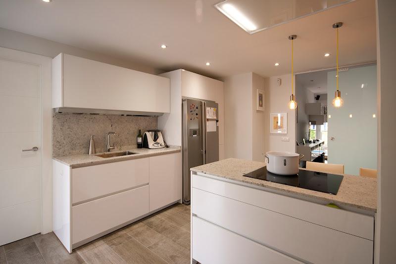Una cocina pequeña con el equipamiento de una gran cocina