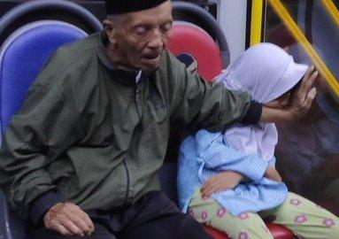 Viral Foto Kakek dan Cucunya Bikin Haru