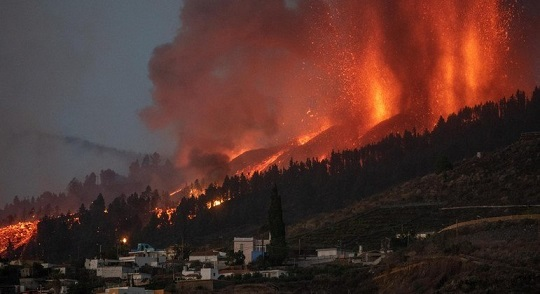 Lava de vulcão nas Ilhas Canárias destrói pelo menos 20 casas