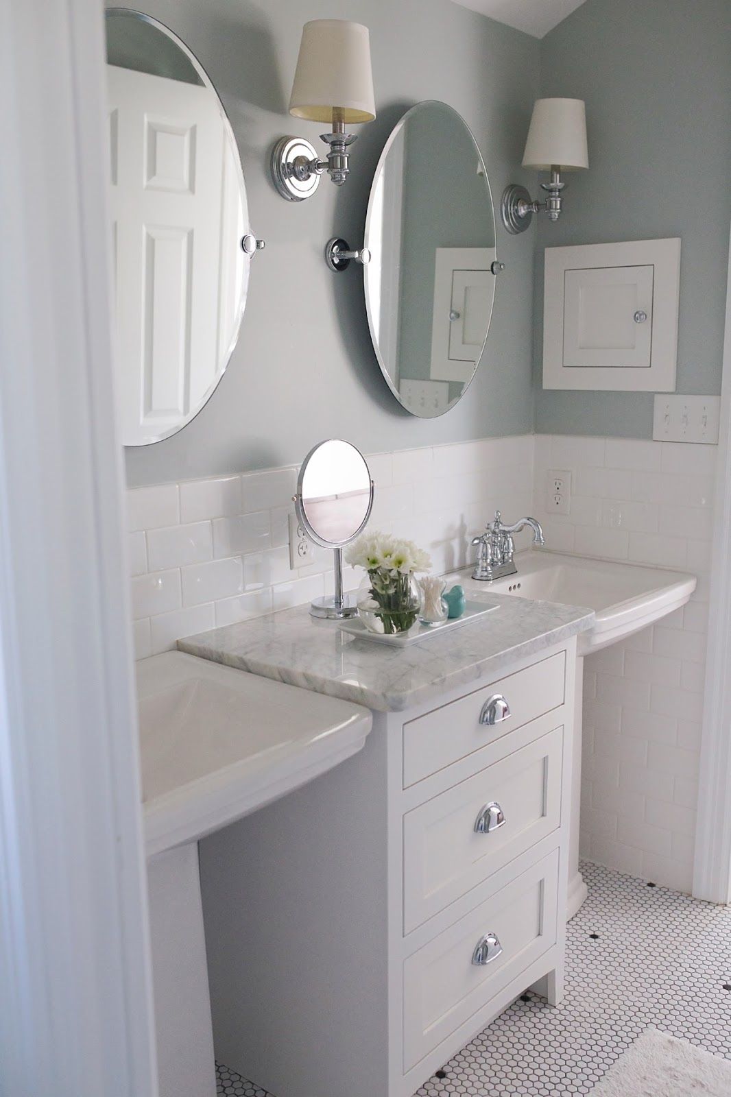pedestal sink bathroom ideas showing off melinda from thrifty decor chick 8940