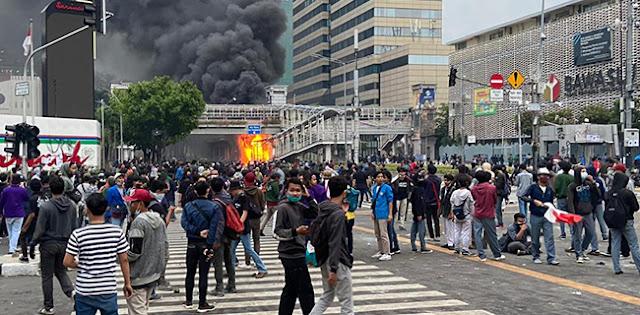 Saling Serang Massa Dan Brimob Berakhir, Halte Bus Transjakarta Sarinah Terbakar