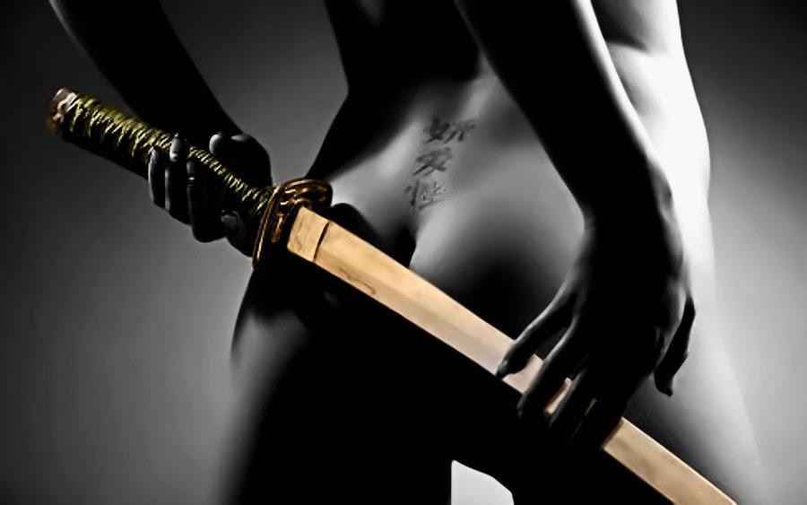 обнаженная девушка с ножом предлагаем вашему