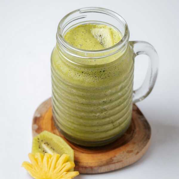 Pineapple, kiwi and kale smoothie for collagen