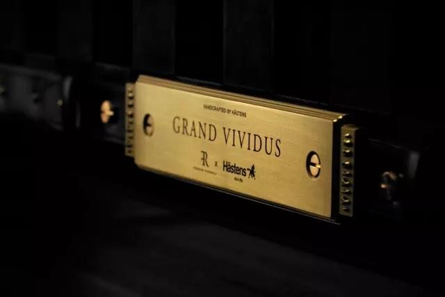 Hastens Grand Vividus yatakta bulunan altın plakada Kanadalı ünlü tasarımcı Ferris Rafauli'nin imzası bulunuyor.