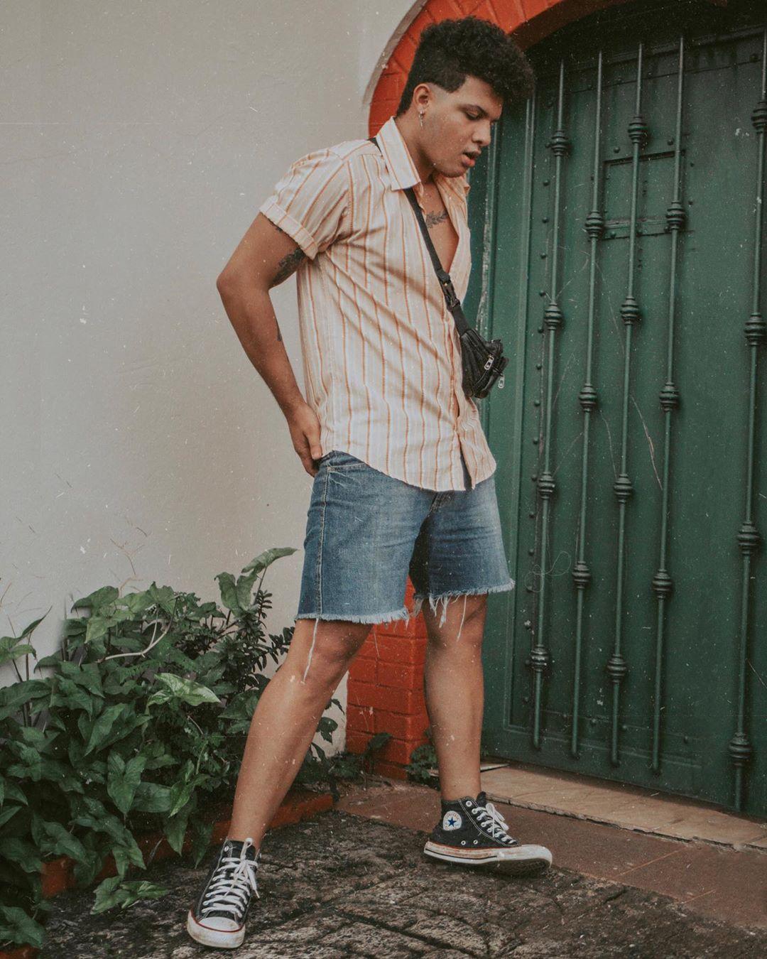Look Masculino verão Retro Vintage com camisa listras e pochete e all star preto