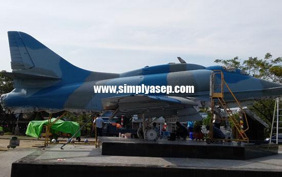 LEGENDARIS : Inilah pesawat A4 Skyhawk yang dijadikan tugu pesawat Jet di Taman Dirgantara Lanud TNI AU Supadio.  Foto Asep Haryono