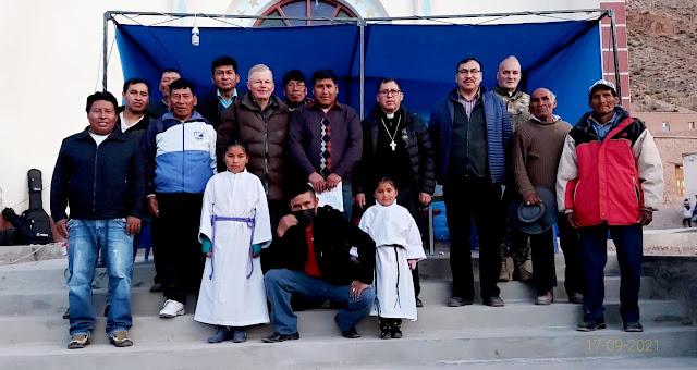 Gruppenbild mit dem Bischof Nicolás in San Antonio de Esmoruco Bolivien