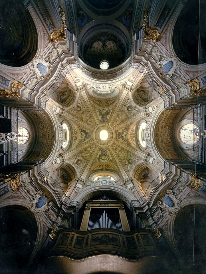 Una rarissima immagine a colori della chiesa di Riva di Chieri realizzata con l'Hypergon 75 mm su film negativo Kodak Vericolor III 8x10 pollici, verso la fine degli anni 80 - Fotografia di Giorgio Jano