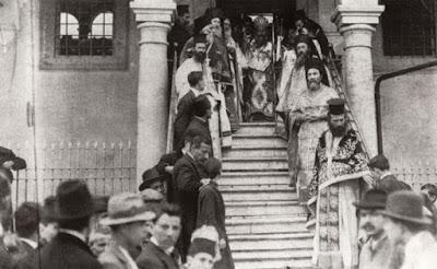 Ο άγιος Χρυσόστομος Μητροπολίτης Σμύρνης στον Ιερό Μητροπολιτικό Ναό Αγίας Φωτεινής Σμύρνης το 1919.