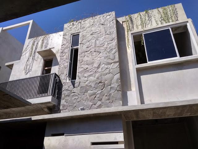 rumah unfinish warna semen 2 lantai