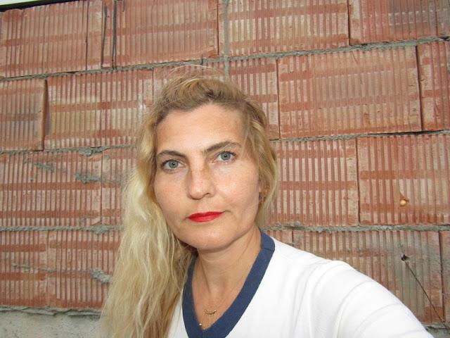 Autorul cărții 14 nuanțe de roșu Cristina G. Gherghel din Gherăești