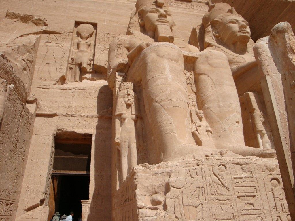 Templo de Abu Simbel e as estátuas gigantes de Ramsés II