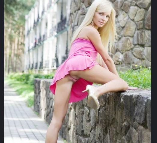 Девушки потеряли трусы www.EROTICAXXX.ru  без трусов на улице (18+ эротика: забыла надеть трусы)