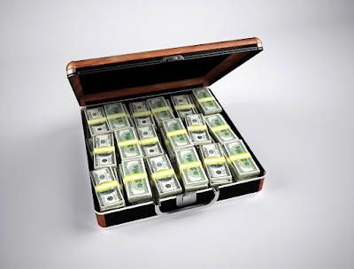 صورة لحقيبة دبلوماسية مليئة بالدولارات