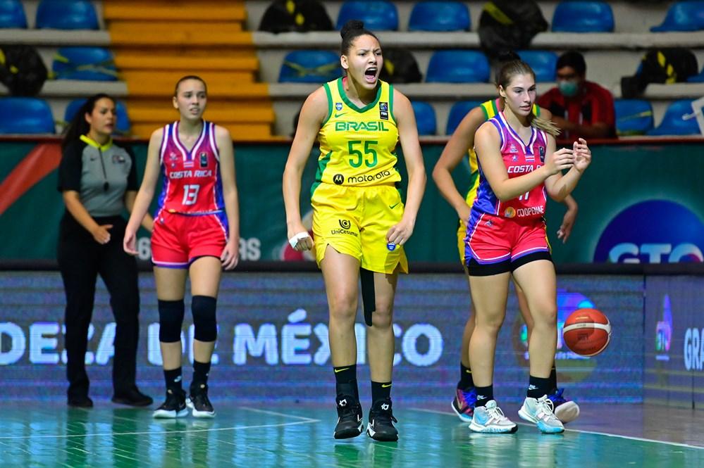 Taissa Nascimento vibra em frente a jogadoras da Costa Rica