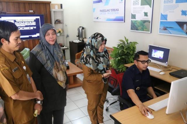 Wabup Pandeglang Tanto Warsono Arban saat memeriksa komputer pelayanan izin sistem online di DPMPTSP Pandeglang yang didampingi Kepala DPMPTSP Ida Nouvaida. Foto AntaraDeni Setiadi