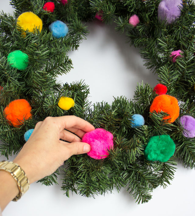 The easiest Christmas wreath ever! You only need 5 minutes to make this sweet pom-pom wreath!