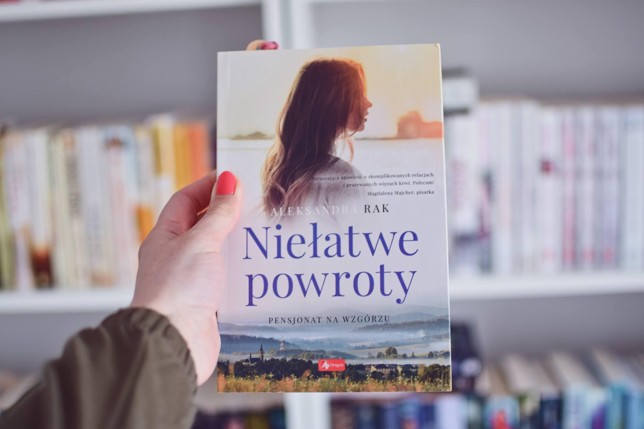 patronat, AleksandraRak, NiełatwePowroty,WydawnictwoDragon,powieśćobyczajowa,siostry,gospodarstwo, pensjonat,opowiadanie,recenzja,PensjonatNaWzgórzu,rodzina,