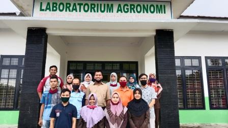 Sesi Foto Bersama Dengan Para Personel Laboratorium Agronomi Incasi Raya Group