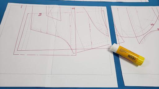Corta 1 cm de dos lados la cada folio para armar el pliego del patrón de costura