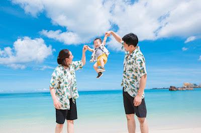 沖縄の海で家族写真