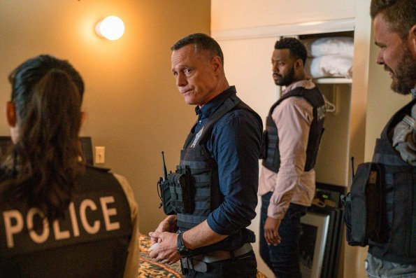 "chicago pd episode 705 brothers keeper promotional photo 25 595 - Chicago PD (S07E05) ""Brother's Keeper"" Episode Preview"