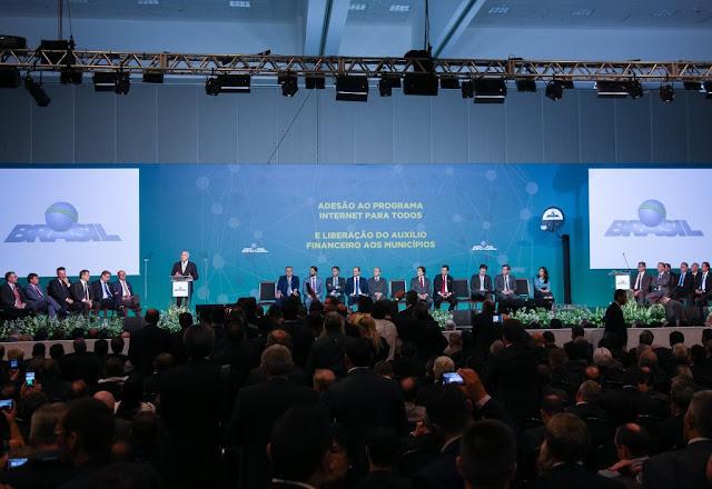 Prefeito assina em Brasília o Termo de Adesão ao programa Internet para Todos.