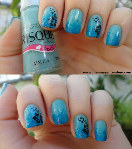 unhas esponjadas azuis com carimbada floral