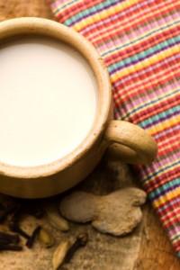 Leche tibia de coco y almendras especiadas
