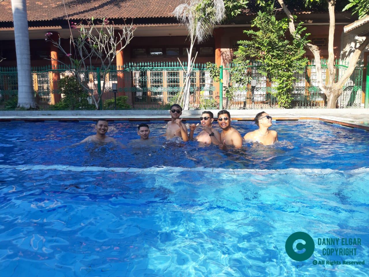 Berenang di Hotel Pelopor