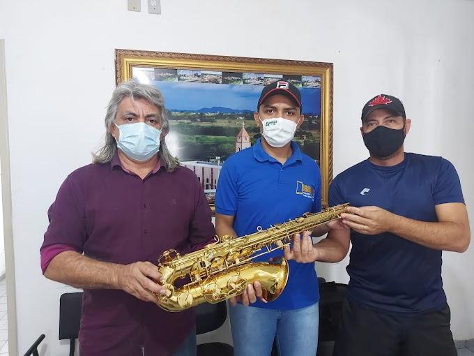 Prefeito Inácio Nóbrega e vice Cícero Maciel fazem entrega de mais um Saxofone para a Banda de Música do município
