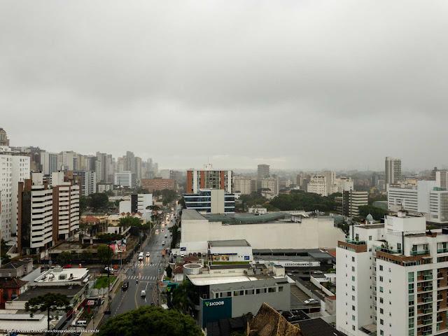Vista do alto da Rua Benjamin Lins em um dia nublado com garoa