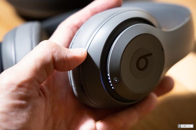 【開箱】幾乎無懈可擊的 Beats Studio3 Wireless 抗噪藍牙耳機 - 右耳側為電源鍵和電量顯示