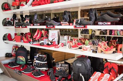 Fotografia do interior da loja Curumins Silva Calçados, em Ponto Novo, Bahia, produzida pelo fotógrafo Romilson Almeida, do Guia Ponto Novo