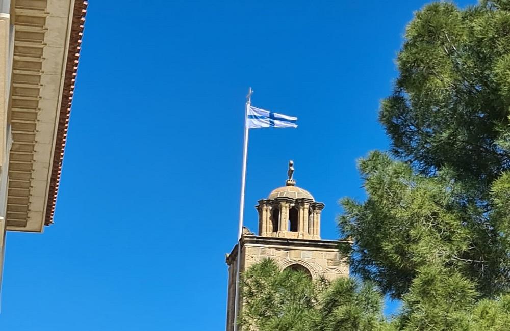 Η σημαία των Κυπρίων του 1821 κυματίζει στους ναούς της Κύπρου
