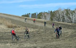 Спуск велосипедистов в поле