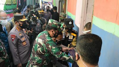 Pangdam III/Siliwangi Dampingi  Panglima TNI dan Kapolri Tinjau Vaksinasi Di GOR Arcamanik