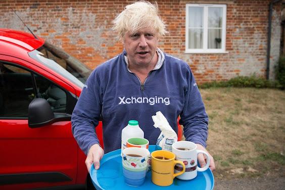 Boris Johnson gazetecilere çay ikram ediyor