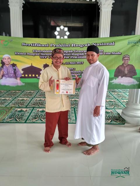Penyerahan sertifikat profesi praktisi ruqyah nasional untuk Muhammad Adam Hussein, S.Pd, M.QHi