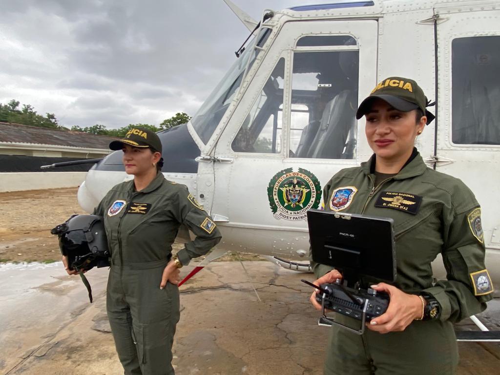 https://www.notasrosas.com/Dos mujeres de la Policía Nacional, supervisan desde el cielo riohachero, la seguridad de la ciudad