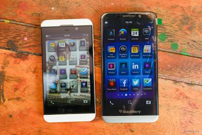 """El """"BlackBerry A10 ha aparecido en la web, una vez más, esta vez con el Z10 y un vídeo en profundidad. Como se puede ver en la imagen por encima del A10 es mucho más grande que el Z10 en tamaño físico por lo que el OS, iconos y todo lo demás cambia. El BlackBerry A10 está listo para se lanzado con el BlackBerry 10 OS 0.2 preinstalado. Mira el vídeo y las imágenes en profundidad del próximo dispositivo: Entre las especificaciones técnicas de la Blackberry A10 encontramos un procesador de 1.7GHz dual-core modelo Qualcomm MSM8960, una pantalla de 5"""