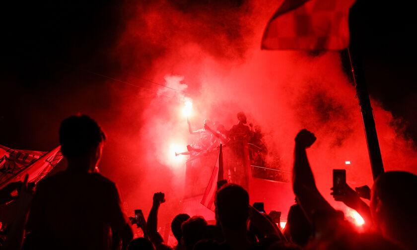 ΑΕΚ - Ολυμπιακός: Γνώρισαν την αποθέωση έξω από το ξενοδοχείο οι «ερυθρόλευκοι»