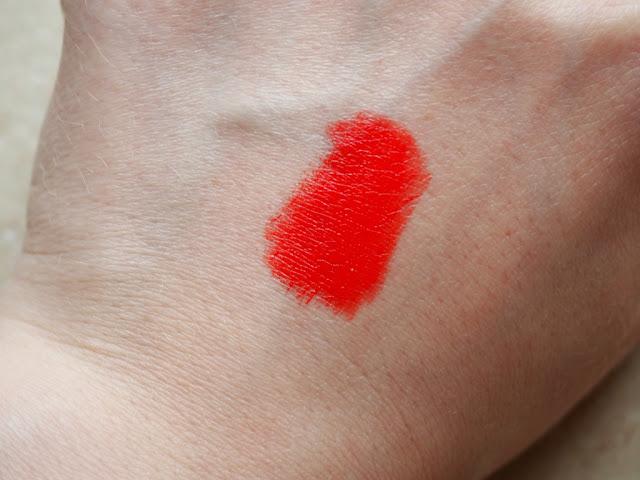 Ceci est un article sur le rouge édition couture de Givenchy dans la teinte carmin escarpin par clowy. revue et swatch