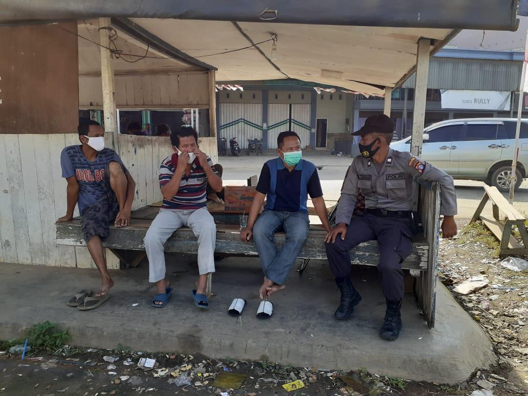 Gencar Disiplinkan Masyarakat, Polsek Dusteng Memberikan Masker Kepada Warga