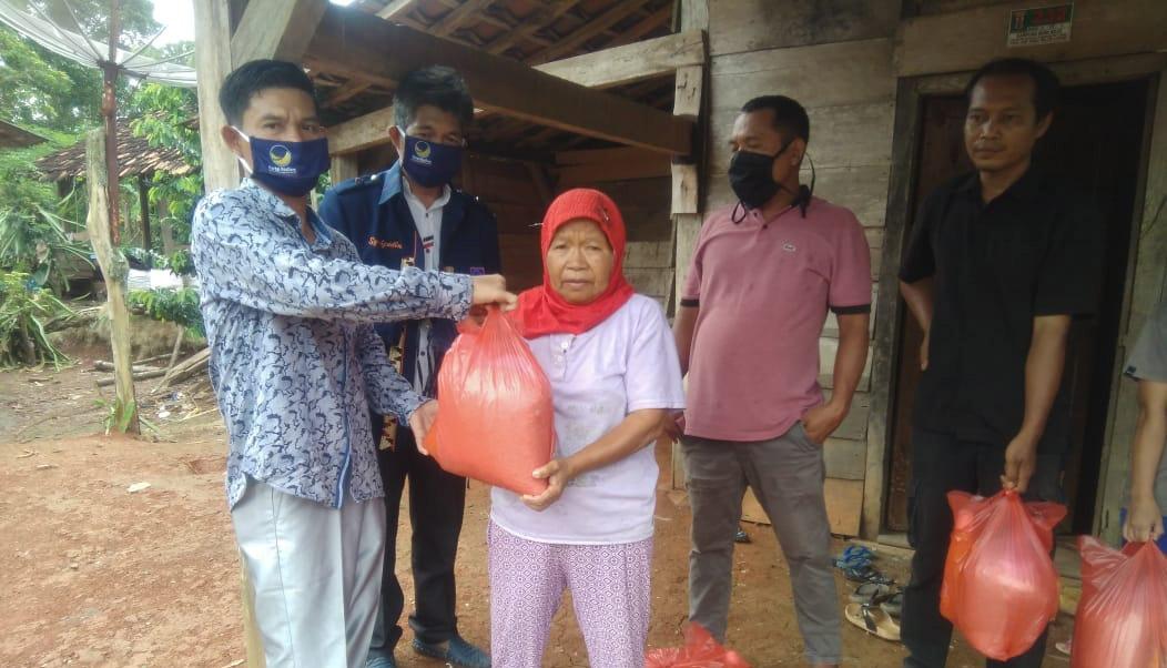 Ratusan Bungkus Sembako Dibagikan Ketua DPD NasDem Waykanan Untuk Warga